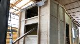Holzständer Aufbau auf dem Autoanhänger für das Tiny House, Zirkuswagen & Schäferwagen