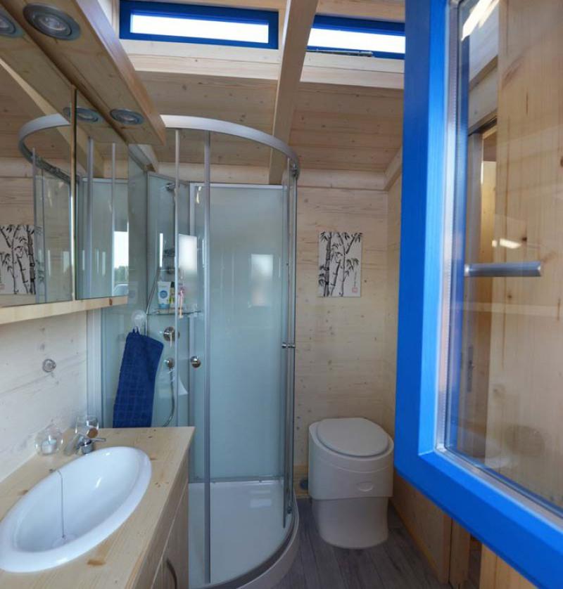 Tiny House Bad mit Dusche, WC und Waschbecken
