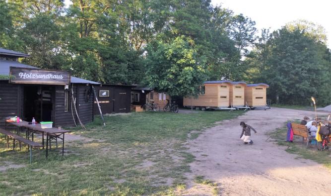 Wagenburg mit 7 Zirkuswagen für einen Kinder-Bauernhof nahe Berlin